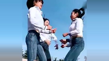 三姐妹跳广场舞,生机四射,你们以为谁跳得好?