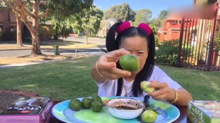 泰国大姐吃橄榄果,酸的大妈一抖一抖的,表情太逗了!