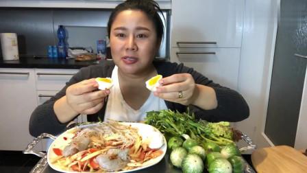 泰国:大姐吃生虾拌米线,珍珠茄子一口吃一只,这美食很正宗