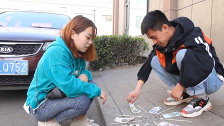 美女街头玩幸运大转盘游戏,机灵美女一条妙计就白得150元,太逗了