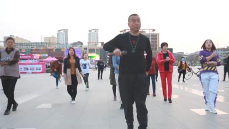 大叔广场舞《驰骋》舞蹈教学欣赏,舞步轻盈好看,路人都爱跳