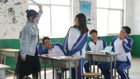学渣考试全错被老师教育,没想学渣把责任都推给监考老师,太逗了