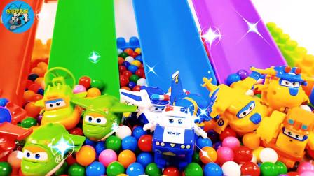 大卡車搬運小飛機玩滑滑梯到彩球堆理真好玩,攪拌車自卸車,兒童玩具親子互動