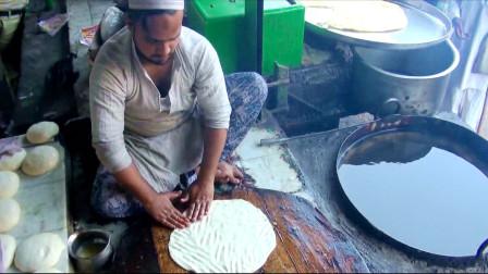 来到印度当地美食街,实拍印度人怎么做飞饼?中国小伙内心很复杂