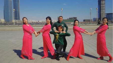 大叔带4位辣妈跳形体舞《我在前广场舞