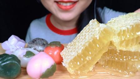 """小姐姐吃网红甜品""""蜂巢蜜""""搭配和果子,大口吃的香甜可口"""