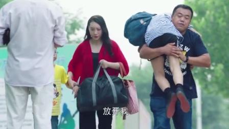 人贩子太嚣张当街抱走小孩,不料小孩一个无意动作,救了自己!