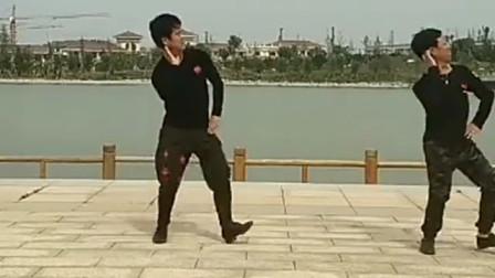 男士广场舞家乡的姑娘真漂亮跳的真好看