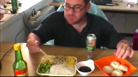 老外在中国:老外一边吃中国美食,一边吐槽吃汉堡的外国朋友傻!太绝了