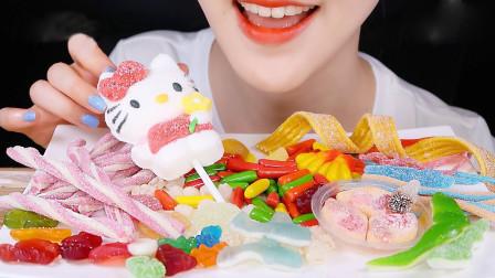 美女吃韩国流行软糖,颜值高造型还奇特,很好奇是什么味道?