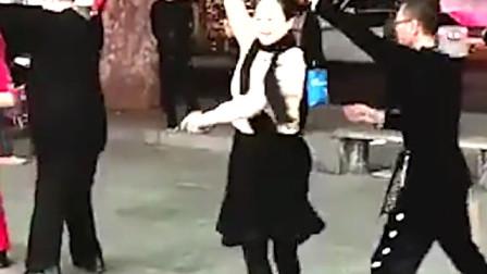 经典时尚双人广场舞拥抱你离去舞步帅气时尚,简单好学