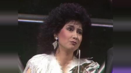 甄妮与许冠杰合唱的《无敌是爱》夺得金曲,甄妮再夺下一支奖杯相关的图片