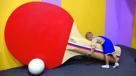 萌娃小可爱们去到了一座有趣的儿童乐园!小家伙的这个乒乓球拍可真是不小呢!