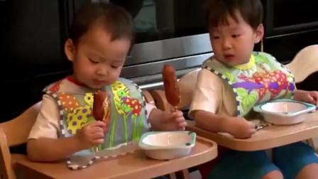民国吃热狗吃得津津有味,大韩吃一口就给民国,民咕咕可高兴坏了!