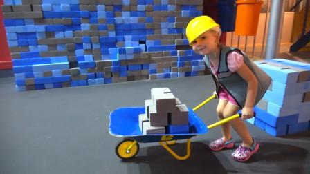 萌娃小可爱在儿童乐园里体验当建筑工人,小家伙干的可认真了,真是棒棒哒!