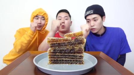 3个戏精小哥吃网红食品蜂巢蜜,表情一个比一个尴尬,甜齁的节奏吗