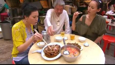 蔡澜:最具有香港特的色美食就在街边,美女吃的好幸福。
