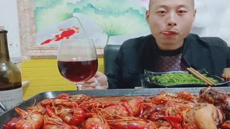 老哥吃美食,吃小龙虾的季节,一大盘红红小龙虾吃的真香。