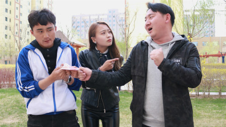 老师教育学生捡到钱要大喊是谁的,学生学得真有趣,长见识了