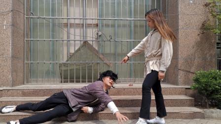 乞丐被美女看不起,用脚踢飞他的碗,乞丐一个电话让她下岗