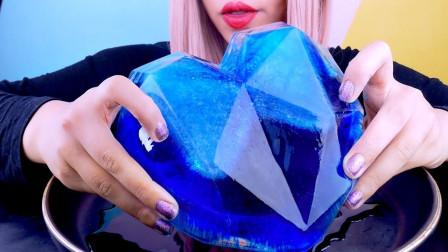 """小姐姐吃""""蓝色水晶"""",大口咬嘎嘣脆,网友:里面还有惊喜"""