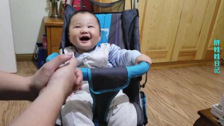奶爸第一次给小宝宝吃香蕉,五分钟就吃完了一只,十足小吃货