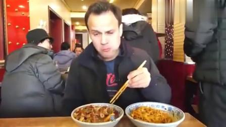 老外在中国:吃货老外又回来了,太喜欢吃北京炸酱面,吃的好开心