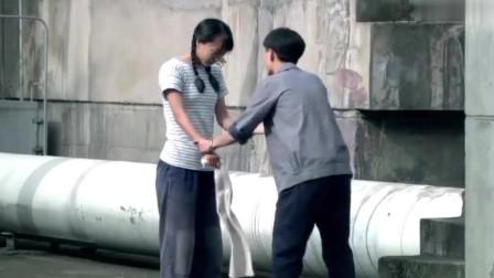 山楂樹之戀:流氓老板對女子圖謀不軌,女子寧死不從,直接從樓上跳下來!