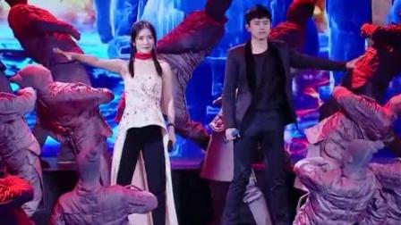 跨界歌王: 张杰谢娜同台合唱《天下》,气场全开,震撼全场