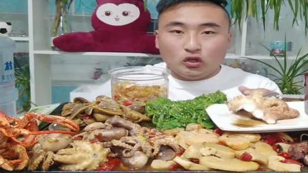 小哥吃海鲜美食,吃八爪鱼,味道好,有营养。