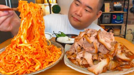 """韩国吃货胖哥,吃""""辣酱拌面+猪蹄肉"""",听这咀嚼音,吃得真香啊"""
