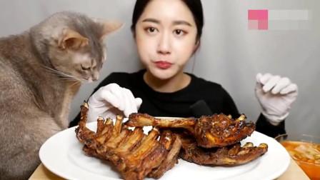 韩国美女吃货,吃烤排骨,发出咀嚼声不一般