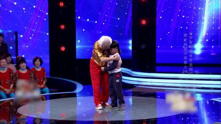 小苹果广场舞舞艺切磋£¡80岁大爷与5岁少年跨越年纪对决