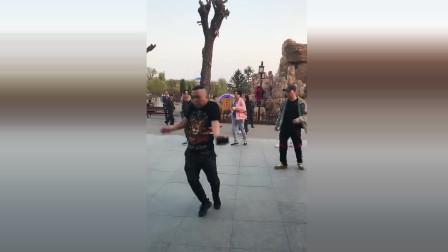 大哥,你绝对是广场界最有灵魂的舞者,原谅我没忍住