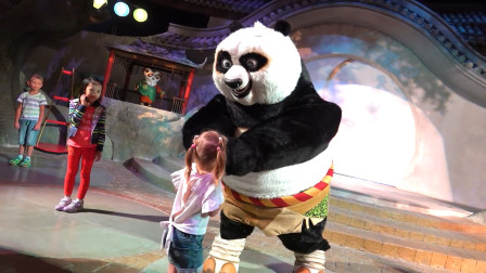萌娃小可爱去到了一座有趣的儿童乐园,萌娃:宝宝要跟着功夫熊猫学习了功夫啦!