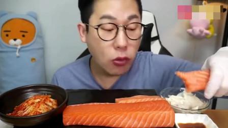 韩国吃货小哥,吃大块的三文鱼,吃起来津津有味