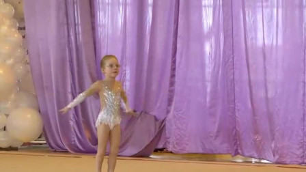 才5岁!带眼镜的小萌娃表演艺术体操,太逗了