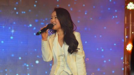 《是不是月亮最寂寞》!杨钰莹现场甜美演绎!岁月饶过的人啊!