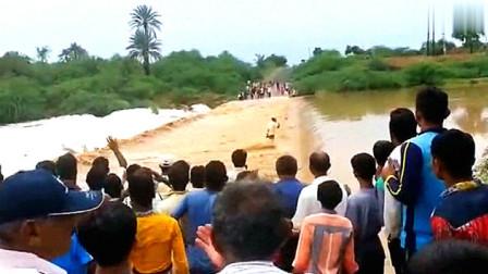 作死男在洪水泛滥的?#29992;?#19978;强行奔跑,监控记录下生命最后10秒钟