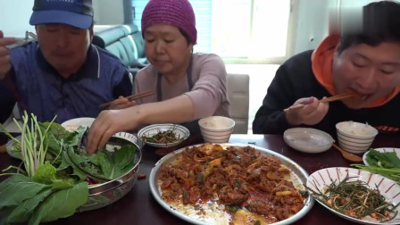 《韩国农村美食》辣白菜炒猪肉,还有辣拌葱,吃得真香_