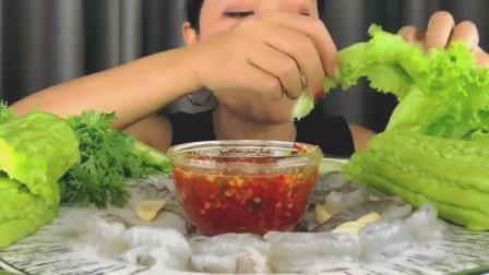 泰国吃货美女吃生鲜虾, 蘸辣酱一口一只, 配上苦瓜生菜, 鲜嫩香辣