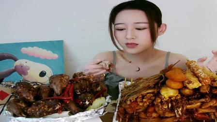漂亮美女吃美食,香辣鸭头味道美极了,好吃。