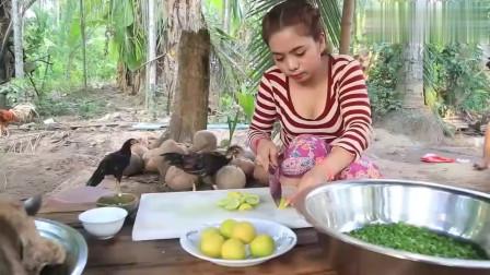 3个柬埔寨农村少妇用新鲜的排骨制作当地美食,看起来好美味的样子