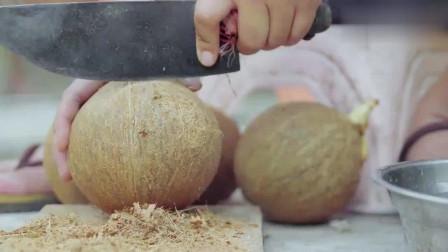 舌尖上的美食!椰子煮鸡汤甜肉嫩,刨成丝煮饭更醇香,十分惹人!