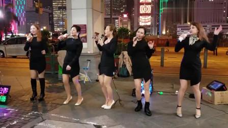 街头五大美女歌手演唱《拥抱你离去》,路边大叔跳舞,气氛活跃