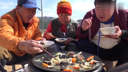 《韩国农村美食》大铁锅炖菜,三人吃的挺认真,菜汤都喝了