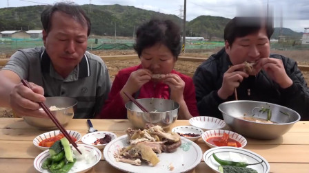 《韩国农村美食》父子俩一人一个鸡腿,妈妈负责吃鸡翅,一家三口的午餐非常丰盛