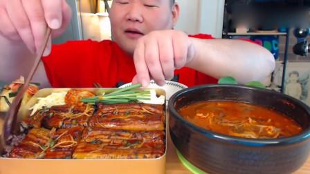 韩国吃货胖哥,吃热乎乎的豆芽汤和鳗鱼紫米饭,这顿饭吃的馋人