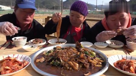 《韩国农村美食》宽粉年糕炖排骨,酱香十足,三人吃的有滋有味