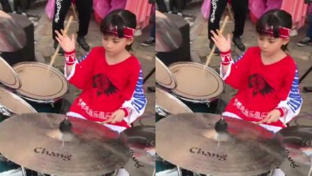 7岁小女孩架子鼓演奏《沙漠骆驼》,惊艳整条街!网友:够霸气!